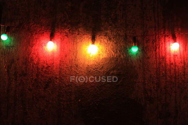 Luces de colores en la pared - foto de stock
