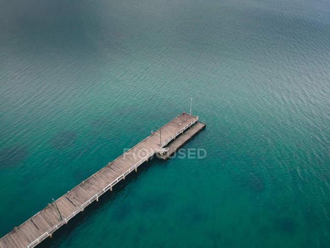 Vista aérea do cais sobre a água do oceano azul — Fotografia de Stock