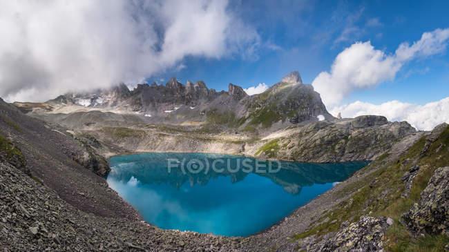Vista panoramica di incredibile lago in montagna, Svizzera — Foto stock