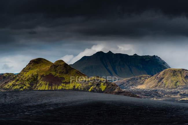 Vue panoramique du paysage de montagnes majestueuses — Photo de stock