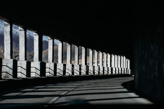 Vista panorámica del túnel de carretera en la montaña - foto de stock