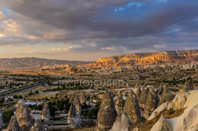 Vista panoramica del tramonto sulla valle, Cappadocia, Turchia — Foto stock