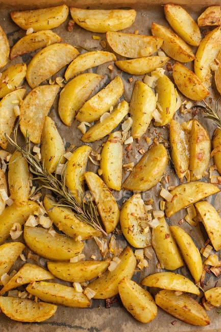 Batata assada com alecrim, ervas aromáticas e cebola — Fotografia de Stock