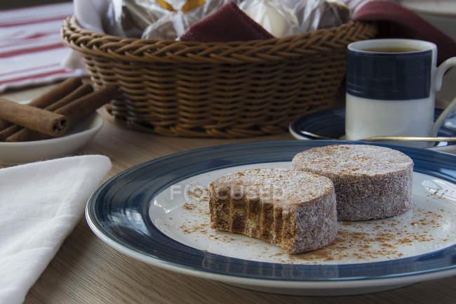 Close-up de uma sobremesa do Fudge na placa sobre a tabela — Fotografia de Stock
