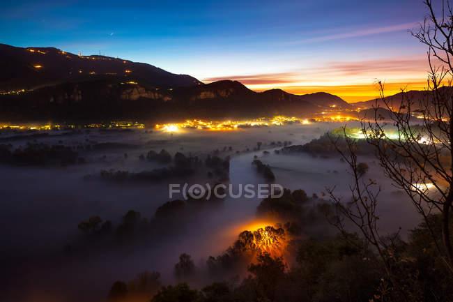 Долина реки Адда, на рассвете, Airuno, Ломбардия, Италия — стоковое фото