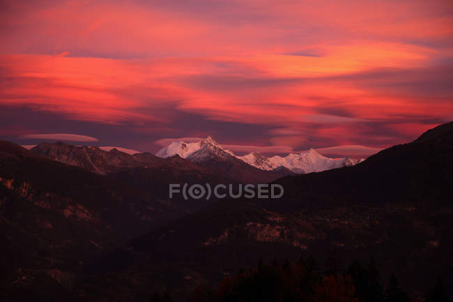Scenic view of majestic landscape under pink sky — Stock Photo