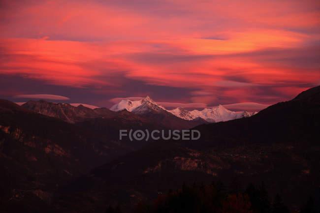 Vista panorámica del majestuoso paisaje bajo el cielo rosa - foto de stock