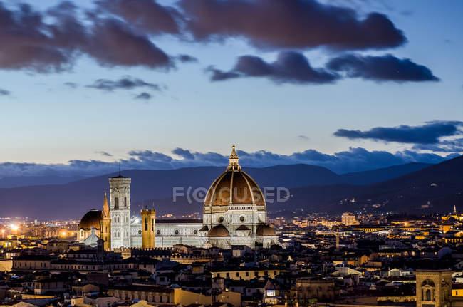 Skyline della città e Cattedrale di Santa Maria del Fiore di notte, Firenze, Toscana, Italia — Foto stock