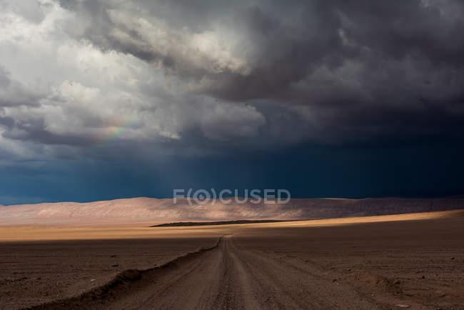 Vista panoramica di Arcobaleno e tempesta sul deserto di Atacama, Cile — Foto stock