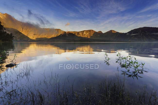 Mount Rinjani Reflexion in einem See, Lombok, West Nusa Tenggara, Indonesien — Stockfoto