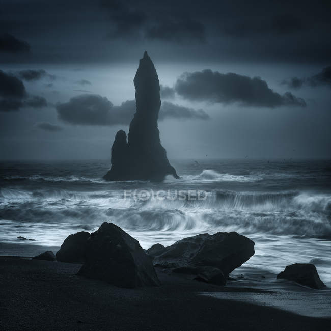 Scenic view of Reynisdrangur sea stacks off Black Sand Beach, Reynisfjara, Iceland — Stock Photo