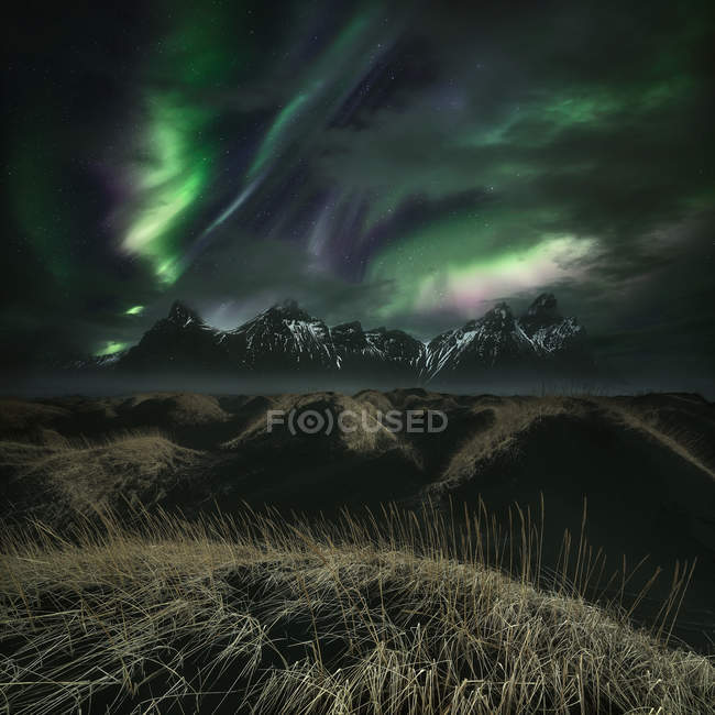 Живописный вид на Северное сияние над горами, Vestrahorn, Исландия — стоковое фото