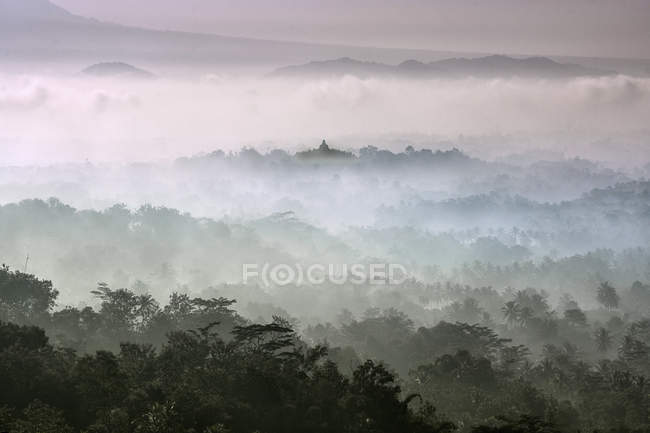 Vue panoramique sur le lever du soleil sur Borobudur, Java central, Indonésie — Photo de stock