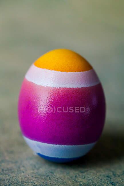 Закрытый вид расписанного пасхального яйца — стоковое фото