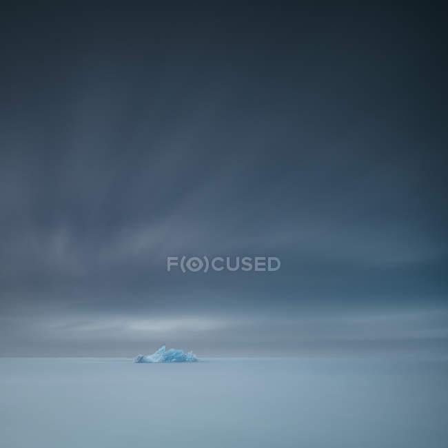 Живописный вид на Айсберг, плавающий в лагуне, Акрареппур, Северо-Западный регион, Исландия — стоковое фото
