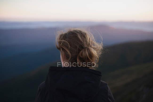 Woman looking at Carpathian mountain view, Ukraine — Stock Photo
