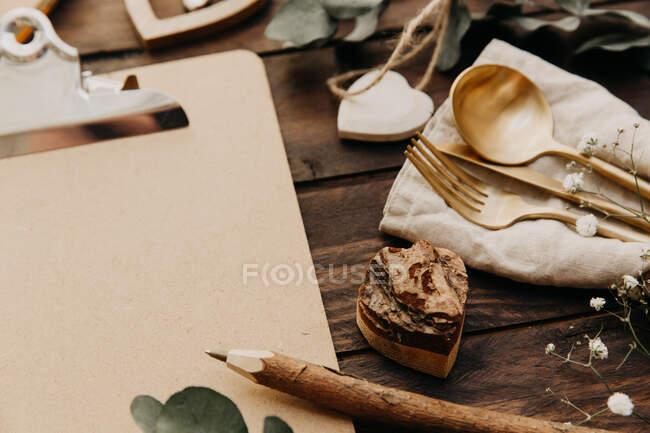 Vista de cierre de las taquillas de oro, portapeles y lápiz. - foto de stock