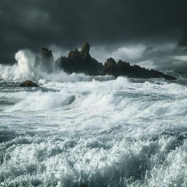 Vagues s'écrasant le long des côtes rocheuses, comté d'Antrim, Irlande du Nord, Royaume-Uni — Photo de stock