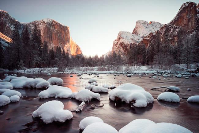 Vue panoramique des roches couvertes de neige dans la rivière Deced, Yosemite, Californie, Amérique, Etats-Unis — Photo de stock