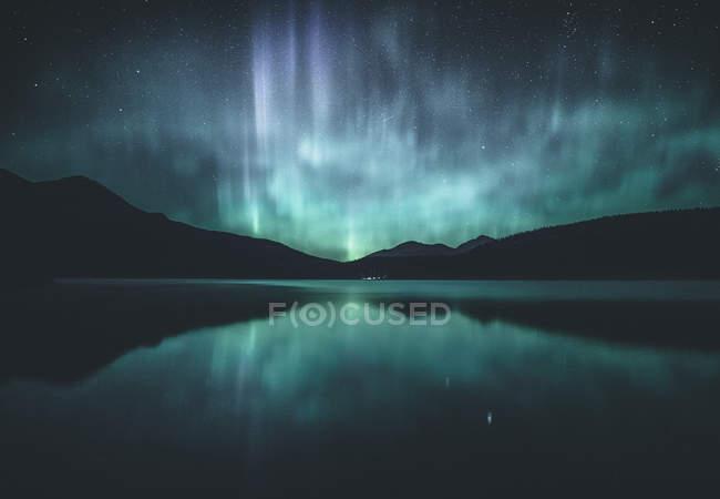 Scenic view of Northern lights over lake, Jasper, Alberta, Canada — Stock Photo