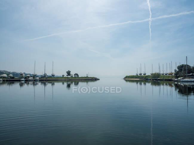 Vista panorámica de los barcos atracados en un puerto deportivo, Salónica, Macedonia y Tracia, Grecia. - foto de stock