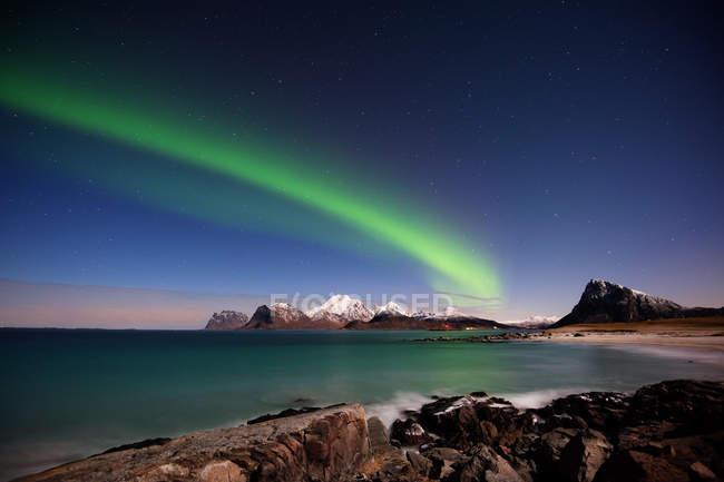 Vista panorámica de las luces del norte, Napp, Flakstad, Lofoten, Nordland, Noruega - foto de stock