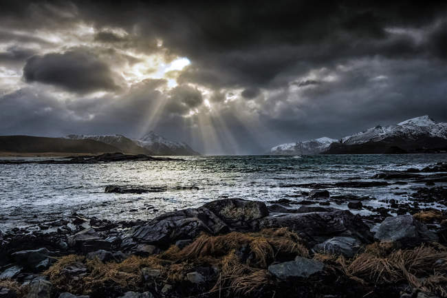 Sunlight through the clouds in a moody sky, Nordland, Lofoten, Norway - foto de stock