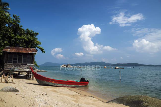 Vista panoramica della barca sulla spiaggia, Sungai Pinang Kechil, Pulau Pangkor, Perak, Malesia — Foto stock