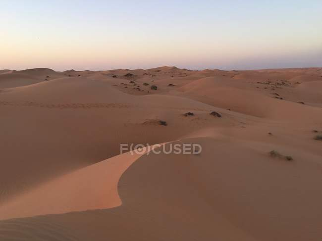 Мальовничий вид на пустелю на захід сонця, Wahiba піски, Оман — стокове фото