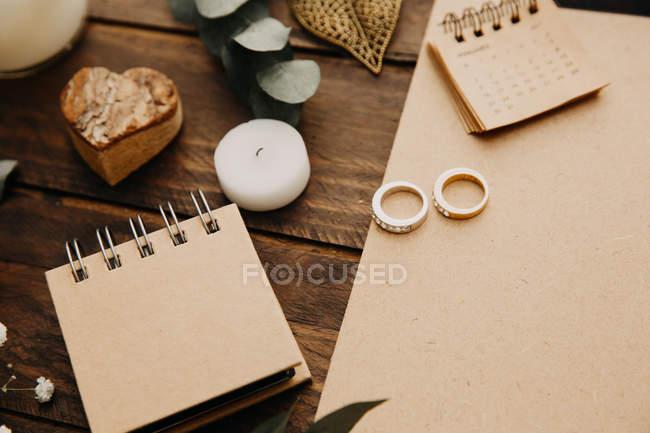 Обручальные кольца, блокнот и календарь — стоковое фото