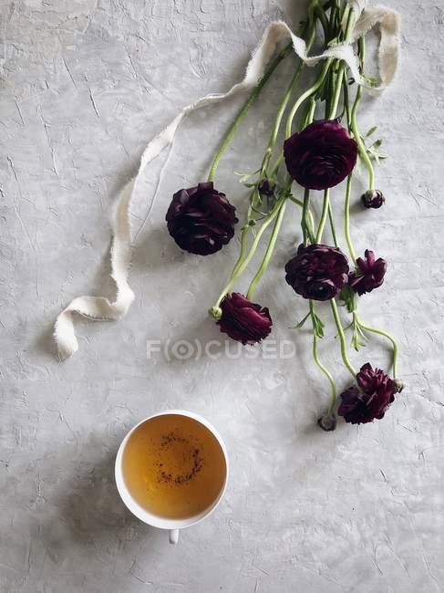 Травяной чай и цветы Ранункулуса — стоковое фото