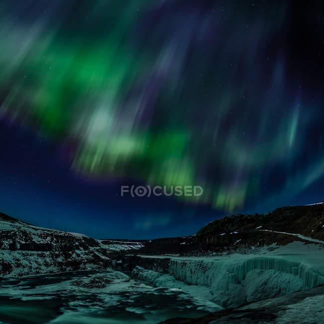 Мальовничий вид на Північне сяйво над горами Ісландії — стокове фото