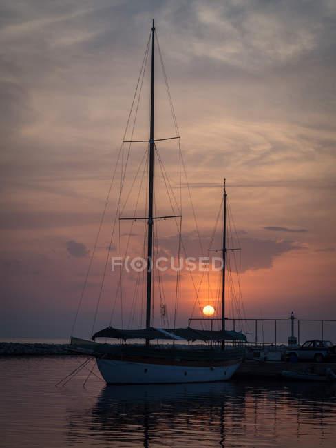 Barco amarrado en un puerto al atardecer, Salónica, Macedonia y Tracia, Grecia. - foto de stock