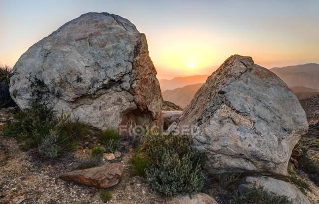 Мальовничий вид на розкол Rock Sunrise, долині Маккейна Національна сфера управління дикої природи, Каліфорнія, Америка, США — стокове фото