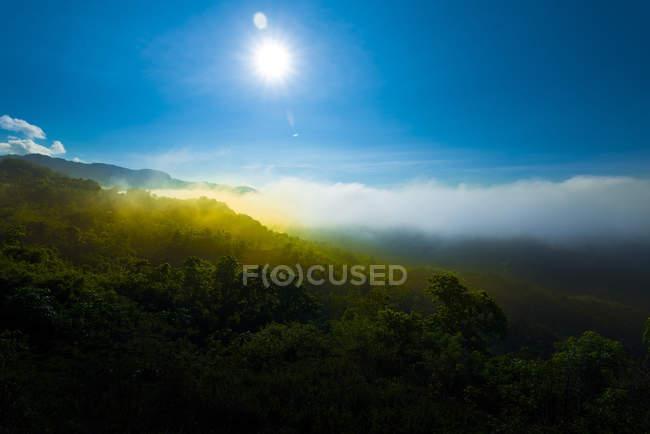 Vista panorâmica do nascer do sol da montanha, Gorontalo, Indonésia — Fotografia de Stock