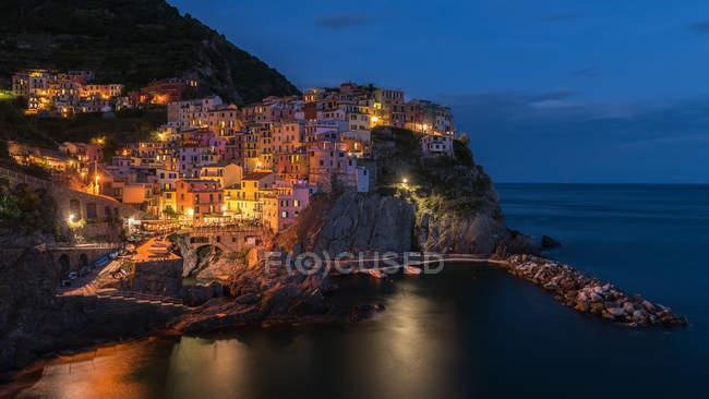 Vista panoramica del paesaggio urbano al tramonto, Manarola, Liguria, Italia — Foto stock