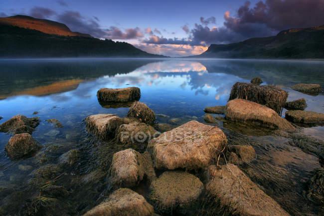 Живописный вид на озеро на восходе солнца, графство Хемпшир, Ирландия — стоковое фото