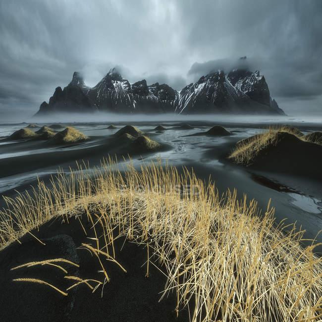 Живописный вид на горы Vestrahorn зимой, Стокснесе полуострова, Исландия — стоковое фото
