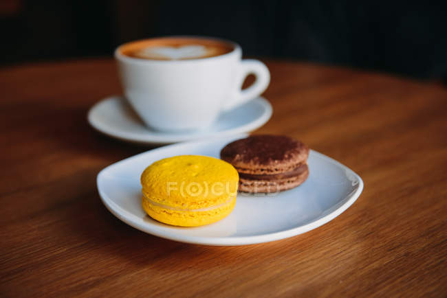 Closeup view of Cup of coffee with two macaroons — Stock Photo