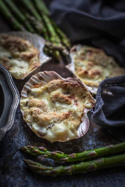 Gratin de moules en coquilles avec asperges fraîches — Photo de stock