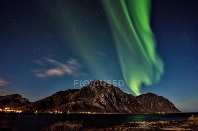 Мальовничий вид на Північне сяйво над горами, Napp, Flakstad, Nordland, Норвегія — стокове фото