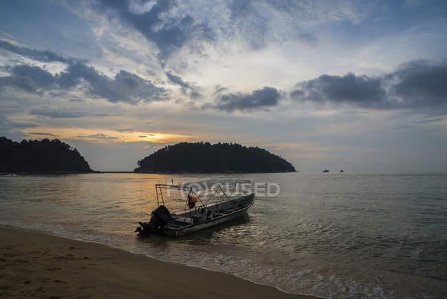 Boat moored on Teluk Nipah beach, Pangkor Island, Perak, Malaysia — Stock Photo