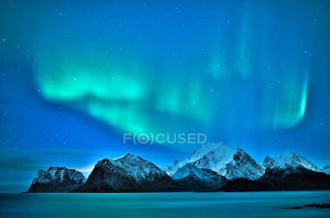 Мальовничий вид на Північне сяйво над горами, Myrland, Flakstad, Nordland, Норвегія — стокове фото