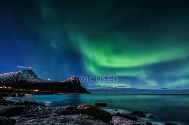 Vista panorámica de las auroras boreales, Lofoten, Nordland, Noruega - foto de stock