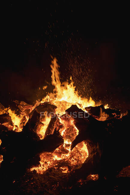 Scenic view of Camp fire burning at night — Stock Photo