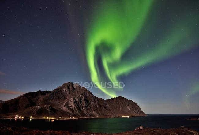 Живописный вид на северное сияние над горами, Napp, Flakstad, Nordland, Norway — стоковое фото