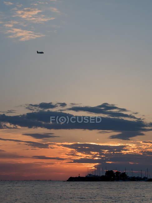 Vue panoramique d'un avion volant dans le ciel au crépuscule — Photo de stock