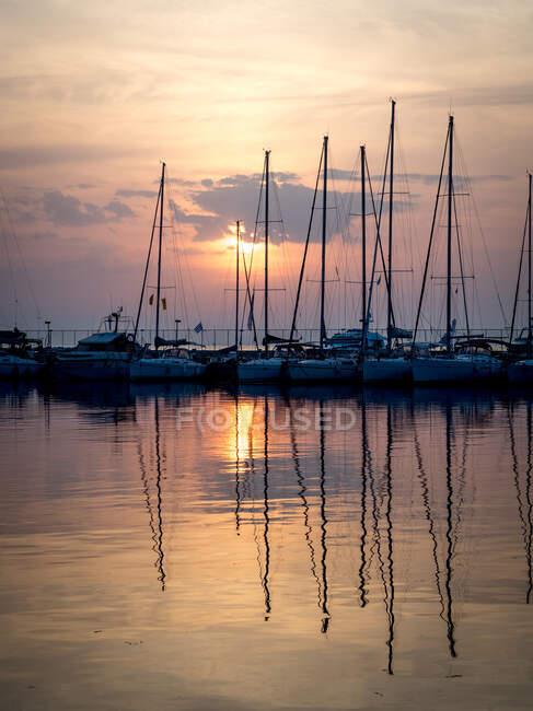 Barcos amarrados en un puerto al atardecer, Salónica, Macedonia y Tracia, Grecia. - foto de stock