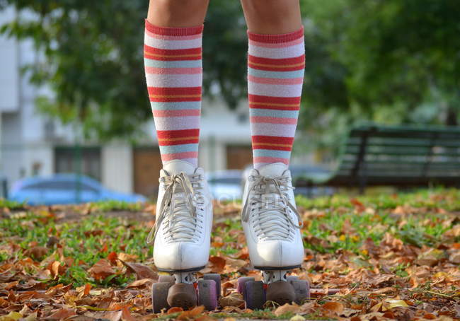 Крупный план девушки в роликовых коньках и длинных носках — стоковое фото