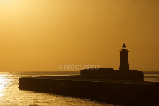Vue panoramique sur le phare de La Valette au lever du soleil, Malte — Photo de stock